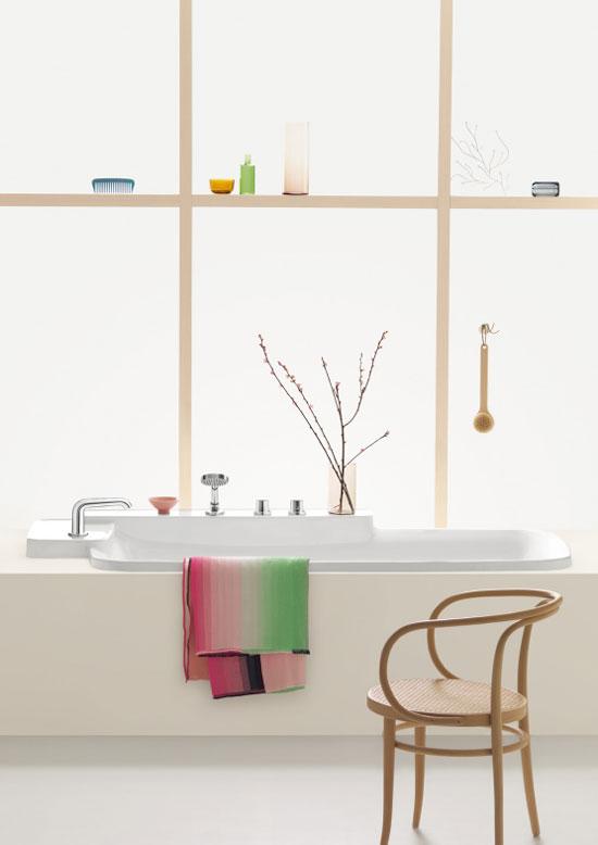 Sonar En Un Baño Orinando:estantes integrados en el lavamanos permiten ubicar el mezclador en