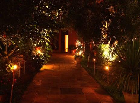 Consejos para iluminar tu jard n mdz online for Antorchas jardin