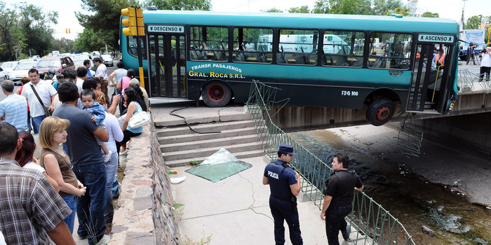 Tremendo accidente entre un micro y un camión en Mendoza