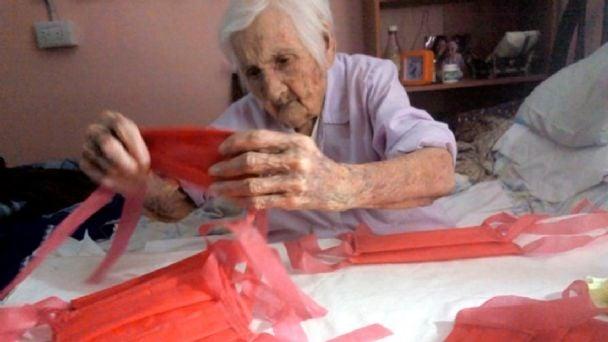 Telma Bordone, de 96 años, hace barbijos en su casa.