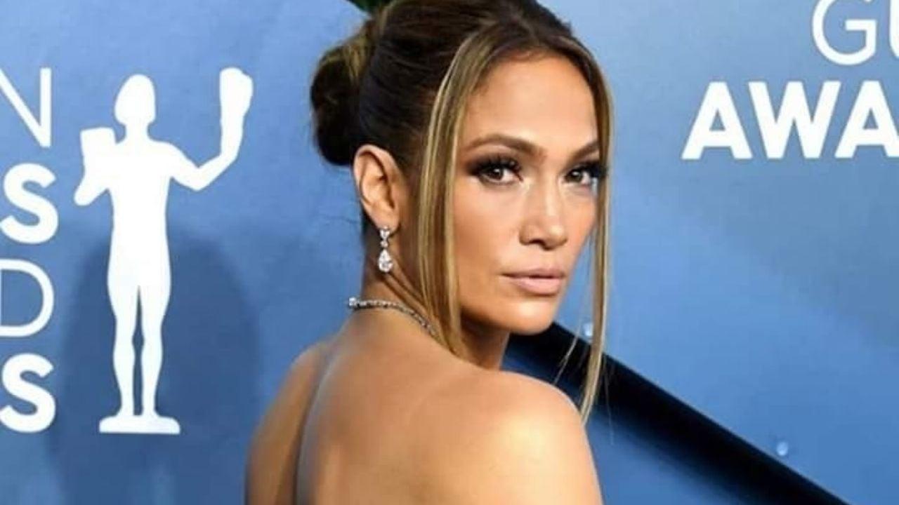 Nada la frena: Jennifer Lopez en la playa paseando sin pantaln