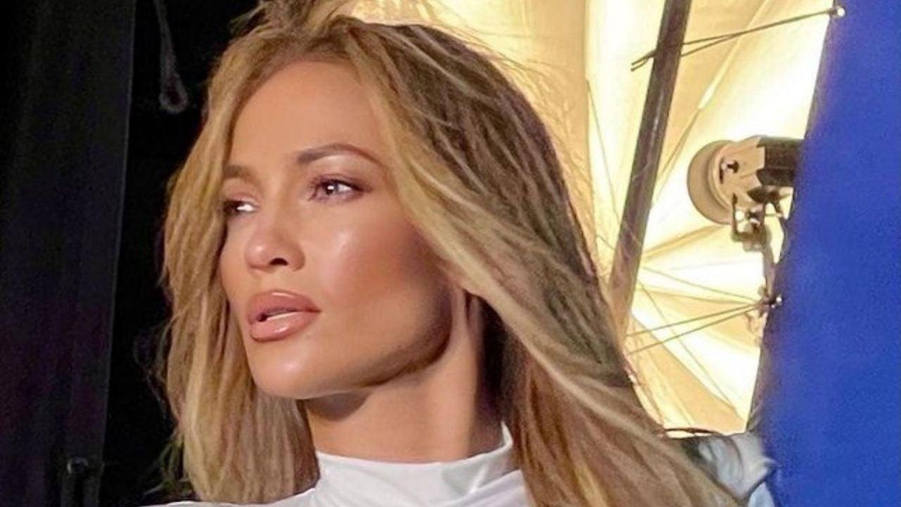 En bata Jennifer Lopez combina placer y trabajo mientras hace gala de su belleza
