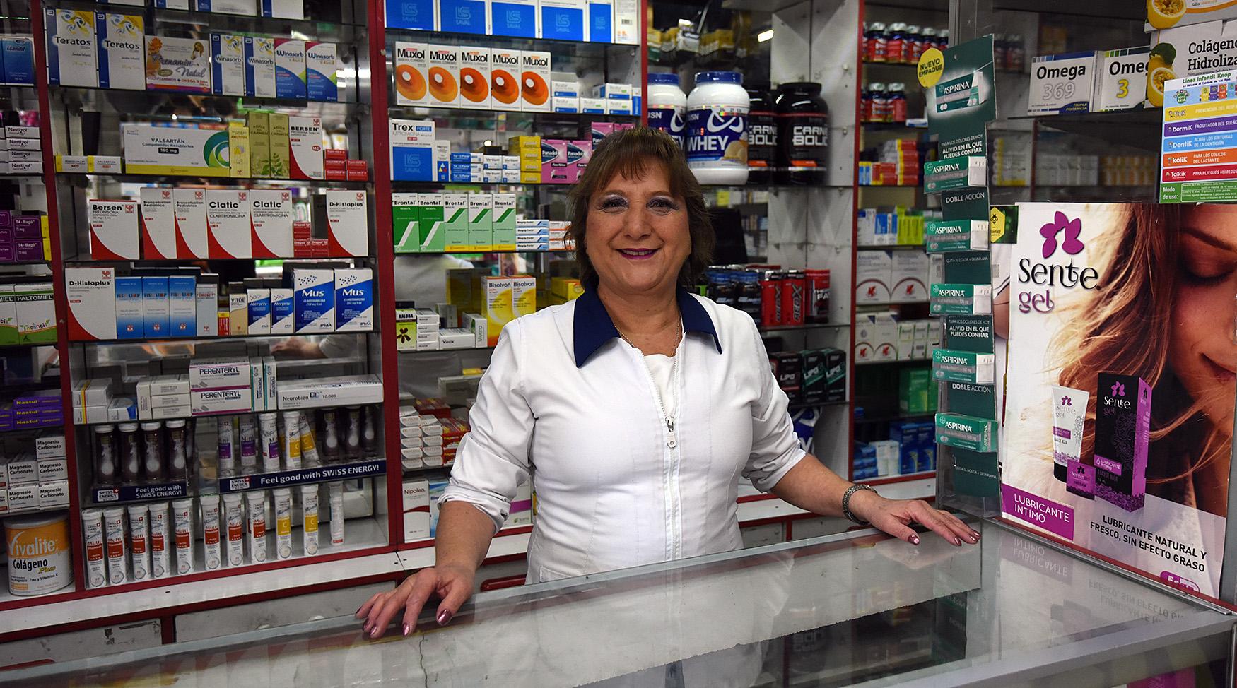 Carmen Gloria (61) atiende a los clientes que llegan a la farmacia de pajaritos